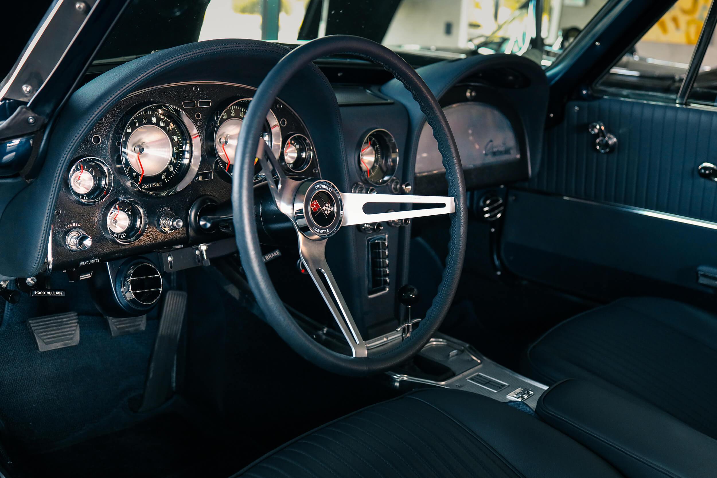 Autosattlerei Pirna - V8 Werk: die 1963er Corvette C2 Splitwindow überzeugt mit blauem Echtleder als Interieur.